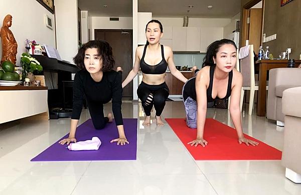 Thời gian điều trị ung thư, Mai Phương rút lui khỏi các sự kiện của làng giải trí. Cô dậy từ 5h sáng, đọc kinh niệm Phật, cắm hoa. Tranh thủ thời gian rảnh, Mai Phương cũngtập yoga cùng bạn thân Ốc Thanh Vân (phải).