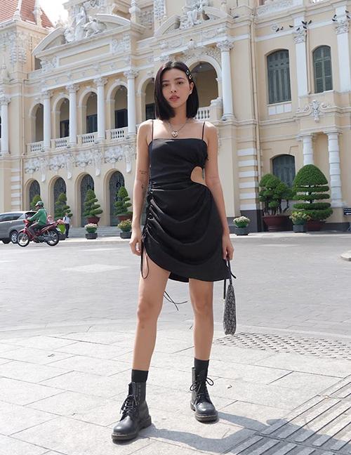 Chiếc váy hai dây của Tú Hảo cắt khoét phần eo rất táo bạo.