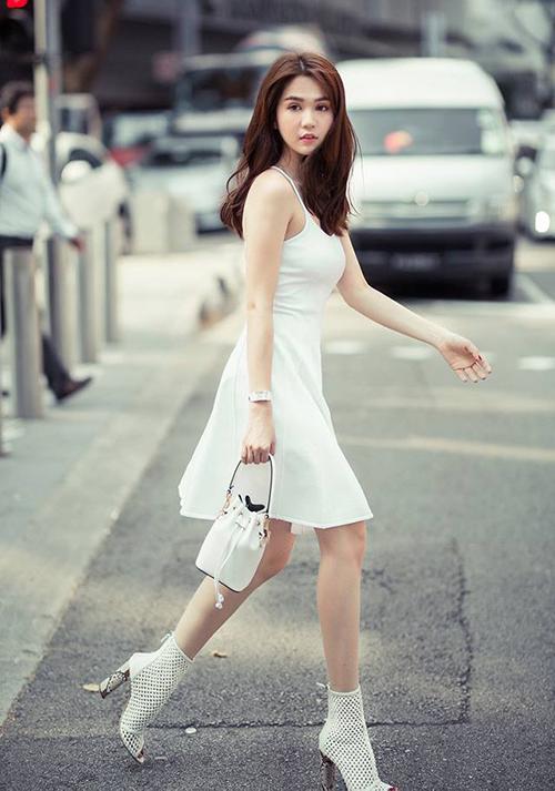Ngọc Trinh tinh khôi với cả cây đồ trắng trên đường phố Singapore.