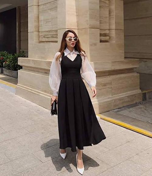 Yến Trang như một cô tiểu thư khi diện sơ mi tay bồng kết hợp cùng váy yếm.
