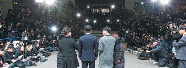 Seung Ri nộp điện thoại cho cảnh sát, xin hoãn nhập ngũ để phục vụ điều tra