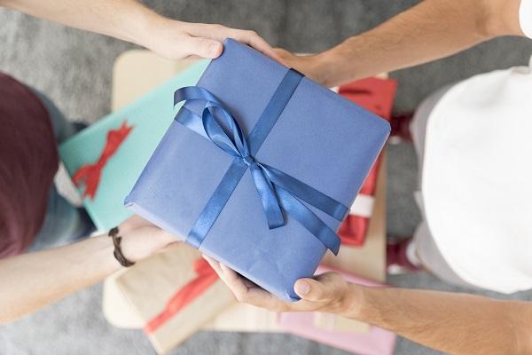 Trao tặng quà