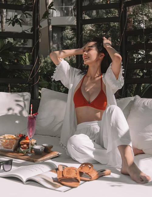 Jun Vũ rất chăm chỉ diện bikini để khoe vòng một bốc lửa sau khi nâng cấp.
