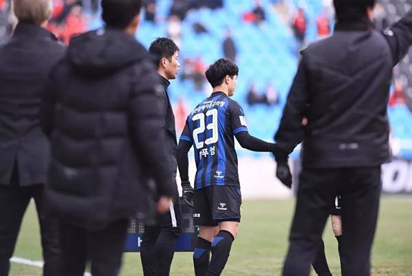 Công Phượng chờ đợi để được vào sân ở trận gặp Gyeongnam.