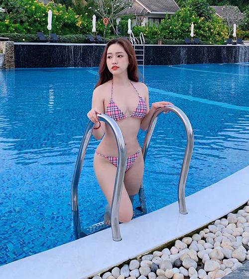 Thúy Vi đang có chuyến nghỉ dưỡng ở Phú Quốc để mừng tuổi mới. Hot girl Cà Mau liên tục tung những bức ảnh nóng bỏng với bikini.