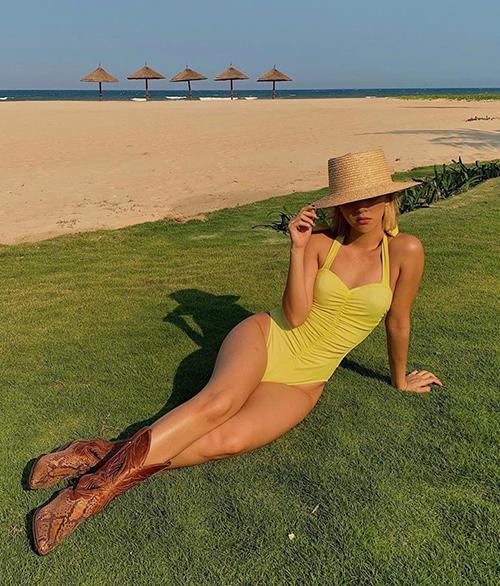 Đồ tắm khoét hông cao là lựa chọn của Quỳnh Anh Shyn giúp khoe khéo nếp gấp đùi sexy.