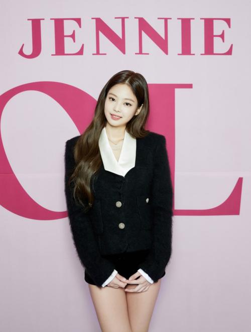 Những bộ cánh này khiến Jennie chỉ có thể đứng thẳng, rất khó khăn khi cúi gập người hay ngồi.