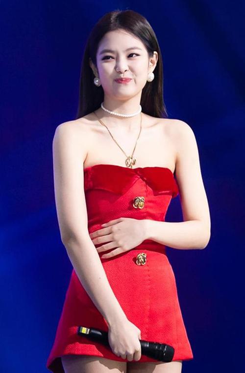 Đồ diễn của gà cưng nhà YG luôn bị stylist cắt xén không thương tiếc, nhằm tạo cảm giác đôi chân của cô nàng thêm dài, ăn gian chiều cao.