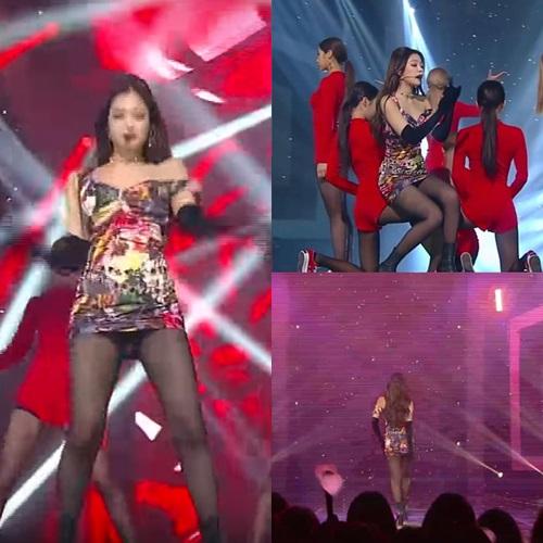 Nhiều màn biểu diễn của Jennie không thể diễn ra suôn sẻ chỉ vì cô nàng liên tục phải chỉnh sửa những bộ váy ngắn xộc xệch.