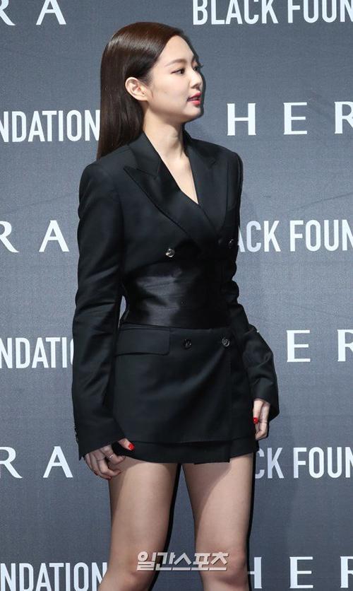 Hình ảnh Jennie liên tục phải khép nép giữ váy khiến khán giả một lần nữa phản đối stylist. Thành viên Black Pink luôn mặc những trang phục ngắn đến phản cảm. Dù đã có nhiều sự góp ý từ khán giả nhưng độ sexy của cô nàng vẫn không hề giảm bớt.