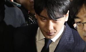 Seung Ri mệt mỏi xác nhận đã nộp điện thoại cho cảnh sát