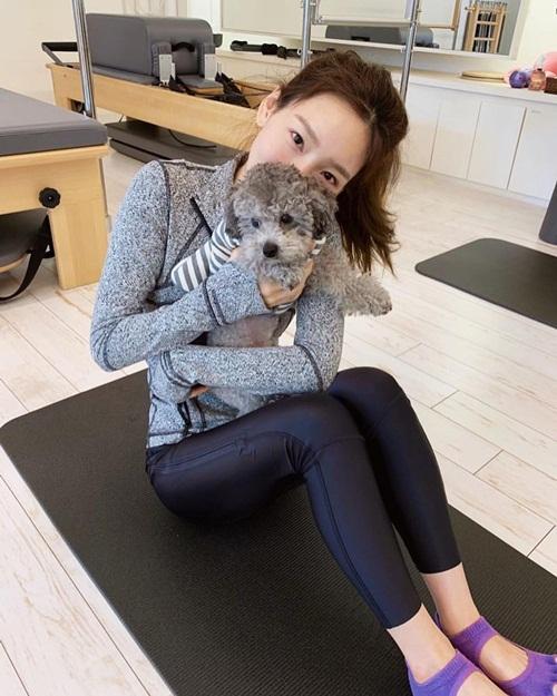 Tae Yeon đi tập vẫn không quên tranh thủ ôm hôn cún cưng.