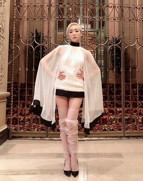 Tiffany lên đồ độc đáo khi đi dự lễ trao giải iHeartRadio Music Awards với nhiều tên tuổi lớn của thế giới. Cô nàng vinh dự nhận được giải Best Solo Breakout của năm.