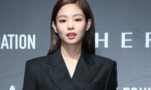 Để Jennie khổ sở vì váy siêu ngắn, stylist lại bị 'la ó'