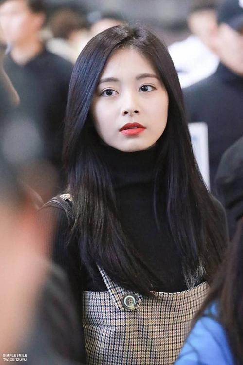 Tzuyu - em gái của Twice đứng thứ tư bảng xếp hạng. Cô nhiều lần trở thành chủ đề bàn tán trên mạng xã hội nhờ những đường nét hoàn hảo trên khuôn mặt. Không chỉ sở hữu khuôn mặt xinh đẹp, Tzuyu còn có thân hình mảnh mai, gợi cảm.
