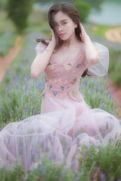 Tiểu Vy được khen xinh như tiên nữ giữa vườn hoa.