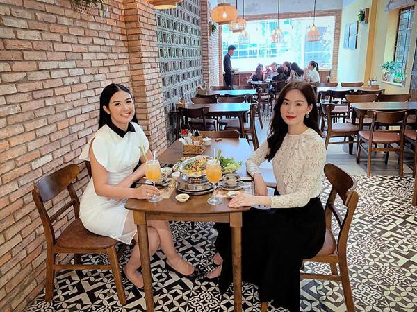 Hai hoa hậu Ngọc Hân và Đặng Thu Thảo rủ nhau đi ăn khi có dịp hội ngộ.