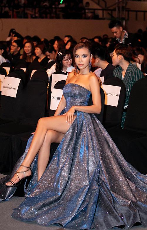 Chiếc váy xẻ đùi cao giúp siêu mẫu khoe trọn đôi chân thon dài.