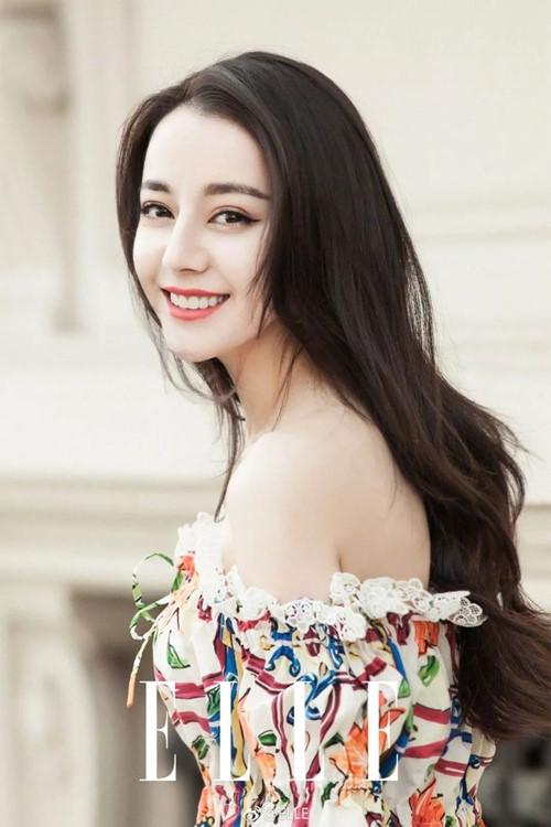 Địch Lệ Nhiệt Ba được TC Candler xếp ở vị trí thứ sáu trong top 100 gương mặt đẹp nhất châu Á. 27 tuổi, mỹ nhân Tân Cương trở thành thế lực mới của ngành giải trí Hoa ngữ, nhăm nhe vị trí tiểu hoa đán bên cạnh những cái tên quen thuộc như Dương Mịch, Đường Yên, Lưu Thi Thi hay Trịnh Sảng... Năm 2017, Forbes cũng xếp Nhiệt Ba vào top 40 nghệ sĩ nổi tiếng và giàu có của Trung Quốc.