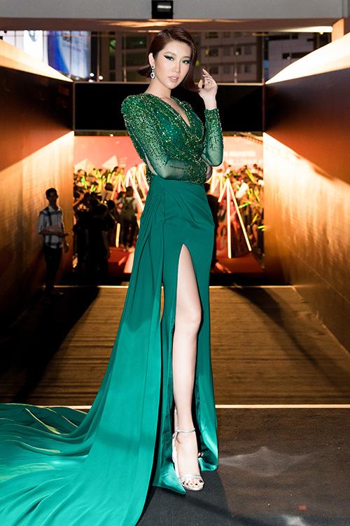 Thúy Ngân chọn diện bộ cánh dạ hội xanh xẻ đùi cao, đính kết đá ở phần ngực và quét tà dài dự một sự kiện tối 15/3 tại TP HCM. Đây là mẫu váy từNTK Linh San.