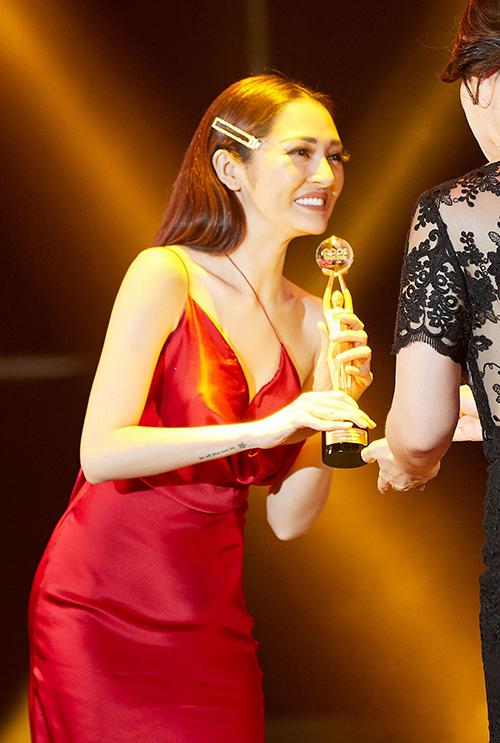Lễ trao giải cũng tôn vinh những ca sĩ có đóng góp cho âm nhạc năm 2018. Bảo Anh bất ngờ được xướng tên nhận giải thưởng Thành tựu cạnh nhiều tên tuổi như Trúc Nhân, Tuấn Hưng, Hồ Việt Trung.
