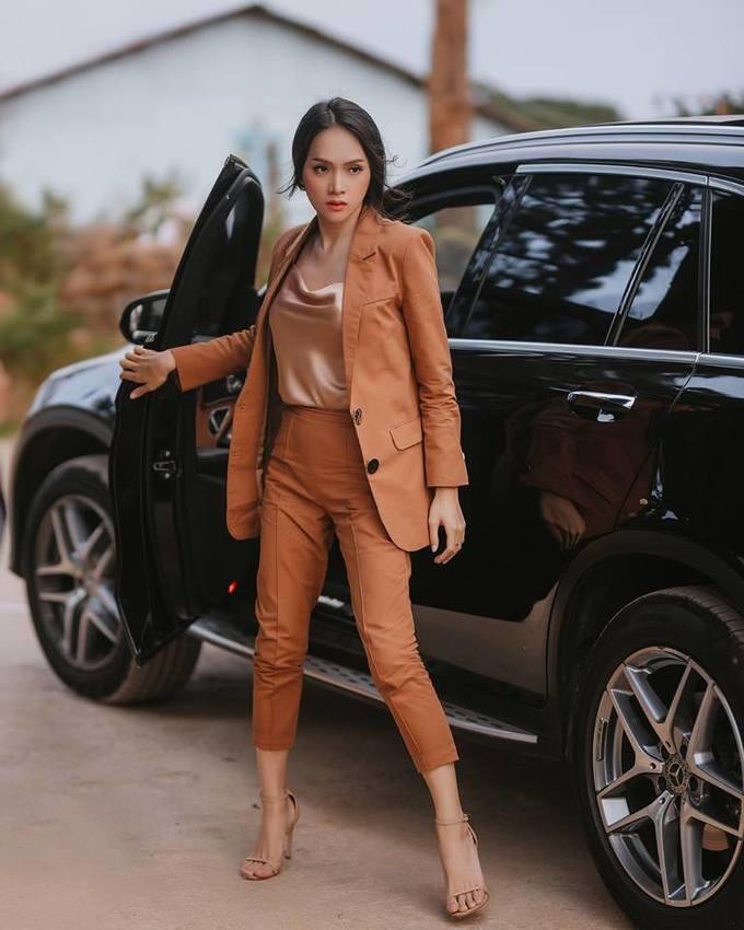 <p> Gây sốt nhất là bộ suit tông nâu được người đẹp diện xuyên suốt MV. Trang phục gồm áo vest giá 2,2 triệu đồng và quần giá 1,2 triệu đồng.</p>