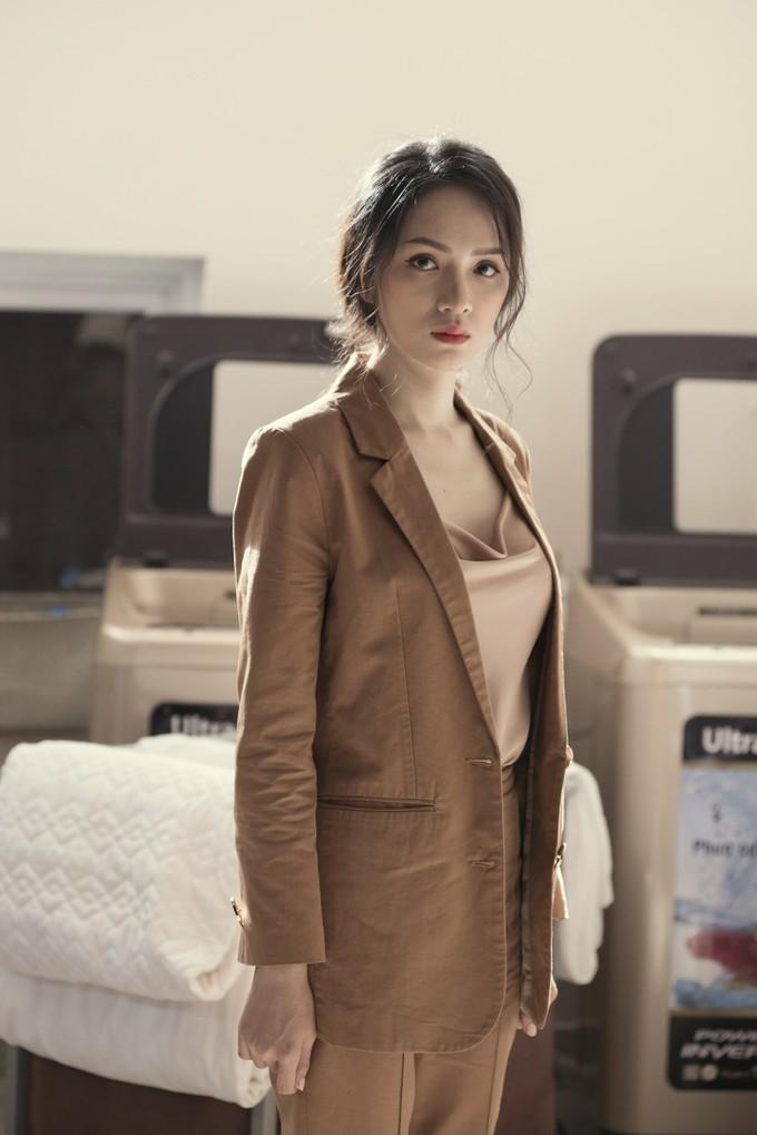 """<p> Cô kết hợp cùng áo ai dây lụa cổ đổ giá 1 triệu đồng phía trong. Đây là món đồ đang hot năm nay và nhanh chóng """"cháy hàng"""".</p>"""