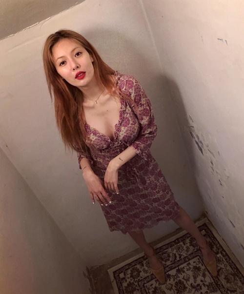 Hyun Ah diện váy xẻ cổ sâu hút gợi cảm nhưng lại để lộ thềm ngực gầy trơ xương.