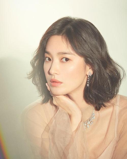 Mặc kệ tin đồn ly hôn Song Joong Ki, Song Hye Kyo vẫn đều đều đăng ảnh quảng cáo, tạp chí khoe nhan sắc mỹ miều.