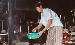 H'Hen Niê xắn tay áo nấu nướng, rửa bát khi về quê