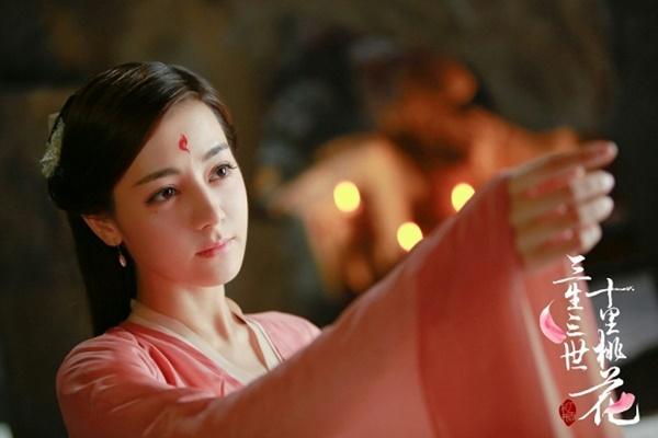 Mỹ nữ Tân Cương sinh năm 1992 là gà cưng số 1 của Dương Mịch, được studio Gia Hành hết mực đầu tư. Địch Lệ Nhiệt Ba theo chân Dương Mịch đóng nhiều bộ phim như Cổ kiếm kỳ đàm, Tình yêu thời Weibo, Phanh nhiên tinh động, Tam sinh tam thế - Thập lý đào hoa với vai phụ. Sau đó cô bứt phá nhanh chóng và trở thành nữ diễn viên nổi tiếng hàng đầu hiện nay của Trung Quốc.