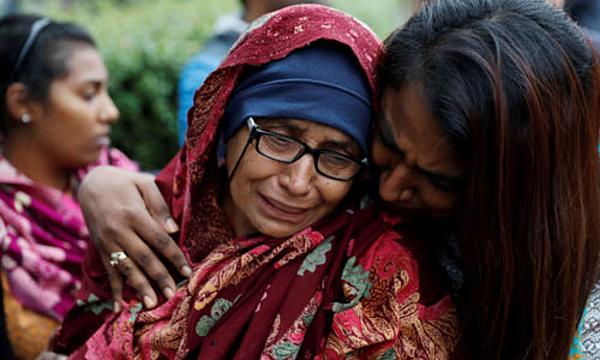 Một phụ nữ chờ tin chồng tại trung tâm dành cho gia đình nạn nhân vụ xả súng ở Christchurch hôm 16/3. Ảnh: Reuters.
