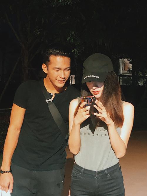 Hoa hậu Hương Giang thân thiết với trai đẹp Philip Nguyễn - Quán quân The Face Men Thái Lan. Anh chàng gây xôn xao khi xuất hiện trong MV mới nhất của Hoa hậu Chuyển giới Quốc tế 2018.