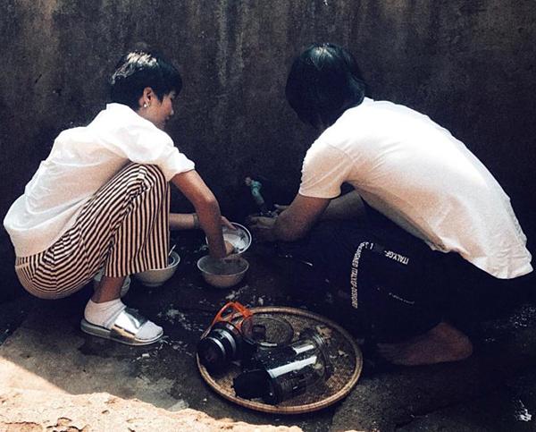 Đăng quang Hoa hậu Hoàn vũ Việt Nam hơn một năm, HHen Niê vẫn giữ thói quen sinh hoạt quen thuộc. Cô cùng trợ lý ngồi rửa bát cho gia đình sau khi dùng bữa.