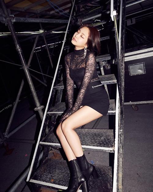 Jennie tạo dáng khoe thân hình chuẩn chỉnh trong hậu trường concert.