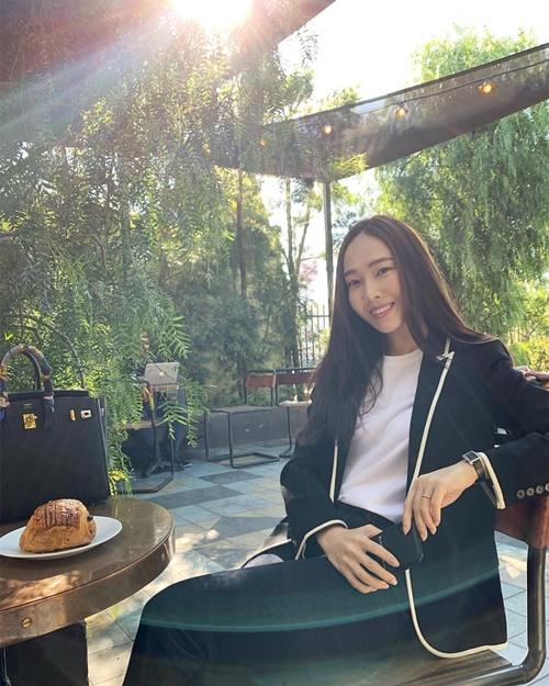 Jessica thích phối áo phông đơn giản với vest thanh lịch như quý cô công sở.
