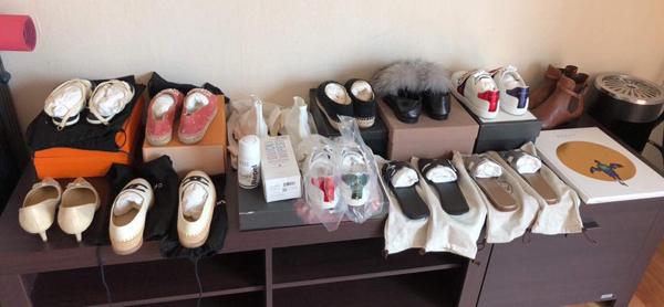 Giống như cô bạn thân, Hoa hậu Mai Phương Thúy cũng có kho đồ hiệu đồ sộ đến mức hàng loạt món được cô sắm về rồi... cất tủ. Người đẹp tiết lộ cô có hàng chục đôi giày vẫn để nguyên trong hộp hay túi nilon chưa được sử dụng một lần.