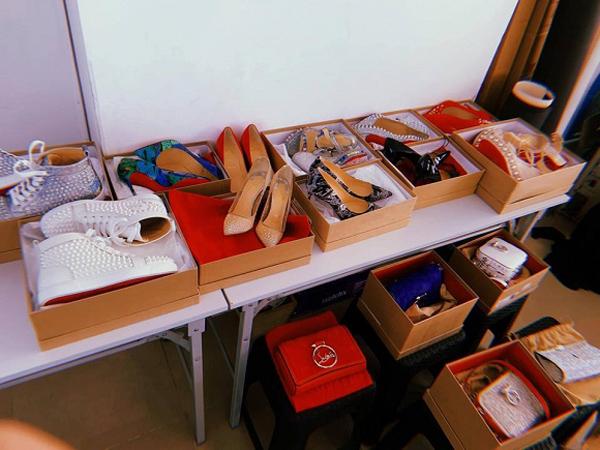 Hoàng Thùy Linh gây bất ngờ khi khoe một góc đồ hiệu trong nhà. Hàng loạt giày dép, túi xách vẫn nguyên đai nguyên kiện sạch bong chưa qua sử dụng. Hầu hết trong số đó đều đến từ thương hiệu Christian Louboutin với giá từ 20 triệu đồng trở lên.