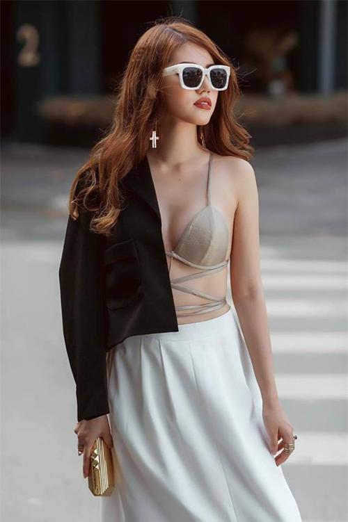 Thiết kế áo ngực bé xíu cũng được Jolie Nguyễn vô tư mang xuống phố với lối mix tương tự.