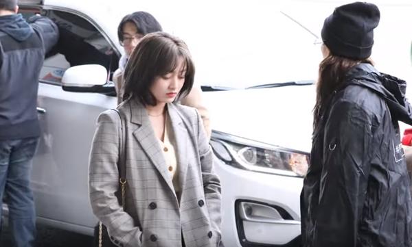 Từ lúc bước xuống xe, Ji Hyo đã tỏ ra trầm lắng hơn các thành viên.