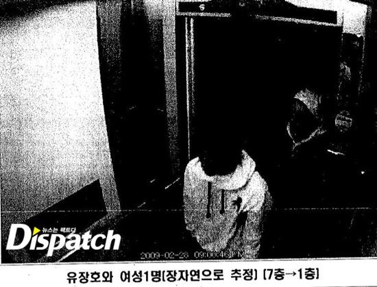 Sau 3 tiếng 30 phút. vào lúc 9:46 phút tối, A vô cùng háo hức khi đi từ tầng 7 xuống tầng 1. Một người đàn ông mặc áo hoodie đã tiễn cô A khỏi thang máy.