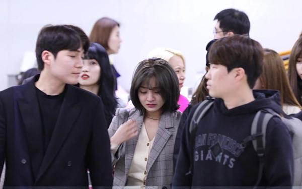 Ji Hyo cố lau nước mắt...