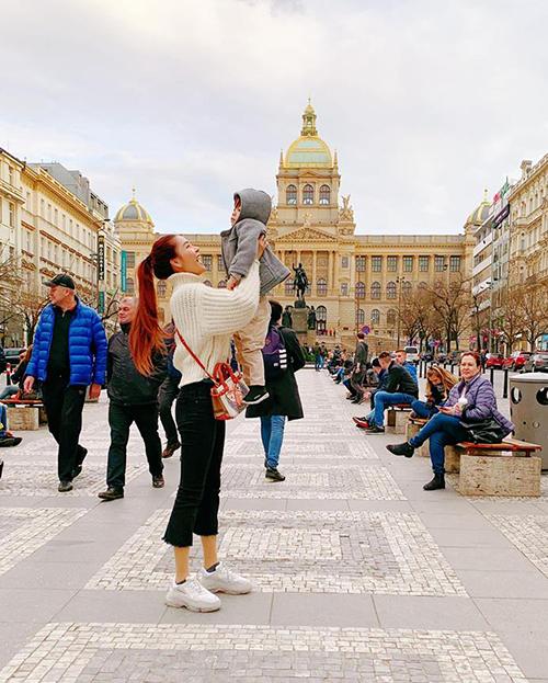 Kỳ Hân rạng rỡđưa con trai đi dạo khi sang thăm gia đình nhà chồng ở Praha.