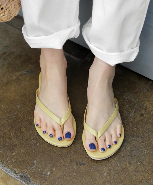 Ẩn sau những đôi dép xẻ ngón tiện dụng là hiểm họa khôn lường với đôi chân. Tác hại dễ thấy nhất của món phụ kiện này là không cố định được các ngón chân nên khiến ngón bị xòe ra mất thẩm mỹ. Sự cọ xát giữa ngón chân và phần quai cũng gây nên tình trạng sưng tấy hay mọc mụn. Phần đế dép quá bệt và không có sự nâng đỡ cho toàn bộ lòng bàn chân nên đi dễ mỏi và đau nhức. Nếu vẫn chuộng kiểu dép mát mẻ này, bạn nên chọn những đôi có thiết kế buộc ngang bàn chân và cổ chân để cố định cho chân chắc chắn hơn.