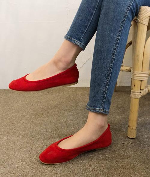 Bàn chân của chúng ta có hình vòm, trong khi những đôi giày bệt lại quá phẳng. Vì thế, chúng không mang lại sự thoải mái lý tưởng khi đi hay đứng một thời gian dài. Bàn chân khi đó sẽ bị dồn lên trên, cong gập lại, dẫn đến tê cứng và bị chuột rút ở đường vòng cung bàn chân, gót chân, phần mũi chân. Về lâu dài, có thể gây nên các bệnh đau lưng, viêm khớp. Các chuyên gia vật lý trị liệu cho biết giày bệt sẽ ổn nếu có phần đế đệm tốt. Tuy nhiên chiều cao lý tưởng cho gót giày là 2,5 cm.