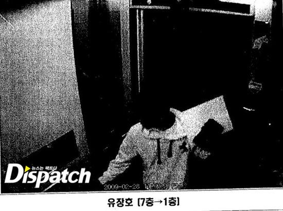 2 tiếng sau vào khoảng 11 giờ 57 phút tối, người đàn ông mặc áo hoodie đã làm việc xong và về nhà. Trên tay của người này có một chiếc phong bì tài liệu và một cuốn nhật ký.