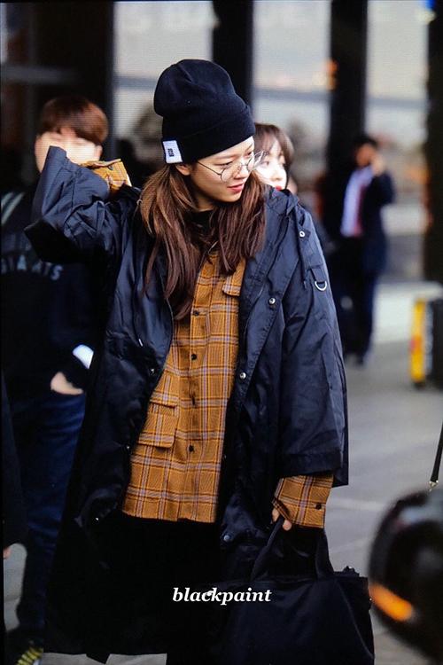 Jeong Yeon đã chịu để tóc dài nữ tính nhưng style ăn mặc vẫn toàn màu đen. Nữ ca sĩ hiếm khi chịu rời nhà mà thiếu chiếc mũ beanie.