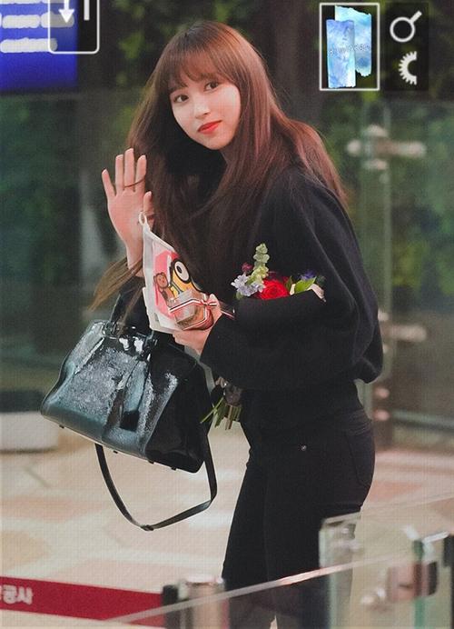 Mina trở lại thời kỳ đỉnh cao nhan sắc với mái tóc dài, mái thưa. Cô nàng có hình tượng tiểu thư nhưng khi lại thích mặc áo hoodie khỏe khoắn.