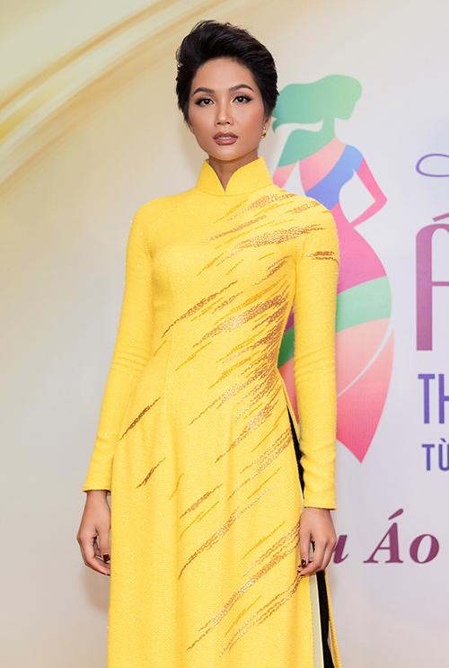 Ngoài chiếc áo dài đặc biệt này, HHen Niê còn được diện 3 thiết kế khác khoe nét đẹp dịu dàng.