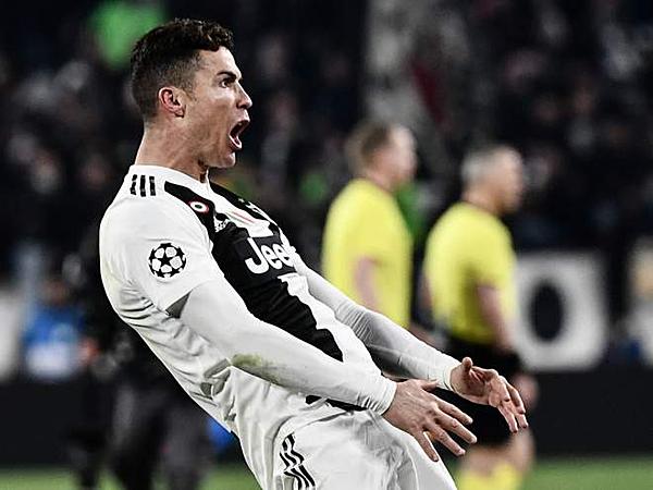 Ronaldo thực hiện màn ăn mừng châm biếm. Ảnh: AFP